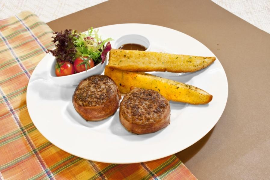 煙肉漢堡牛肉扒配蒜茸包沙律